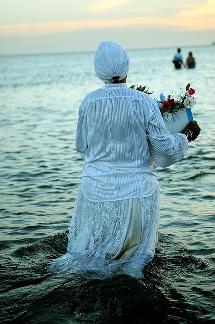 2 de febrero dia de Iemanjá (o Jemanjá, o Yemanyá), orixá femenino del panteón yoruba originario de Nigeria y trasladado al continente americano en el periodo del tráfico de esclavos junto con el resto de sus religiones y costumbres.  Playa Ramirez, Montevideo 2009