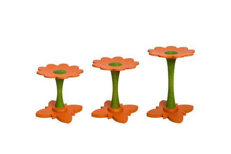 Bloemen kinderkrukjes oranje. Deze houten krukjes is de vorm van bloem vervaardigd uit beukenmultiplex met massieve beuken elementen. Door gebruik te maken van beukenhout is het krukje sterk en dat resulteert in levensduur. Niet afgewerkt en is puur natuur, zelf te behandelen mogelijk. Het stoeltje kan je aanpassen aan 3 verschillende leeftijden. Losse stengel (poot) verkrijgbaar voor 2 - 5 - 8 jarigen.  Zo krijg je de juiste zithoogte voor het kind.