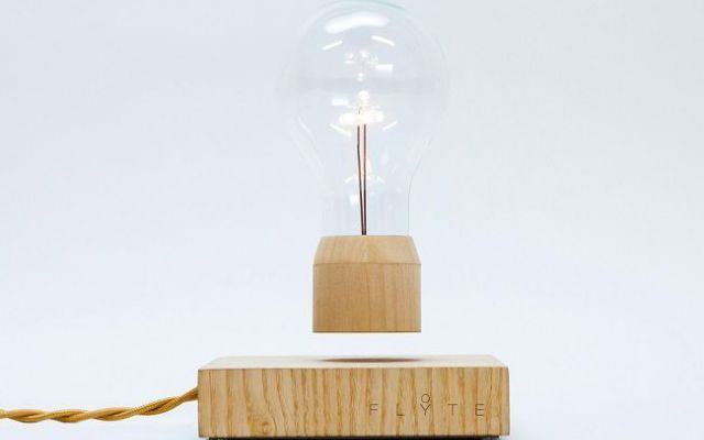 Flyte, la luce sospesa di Simon Morris #luce #magnetismo #energia #design