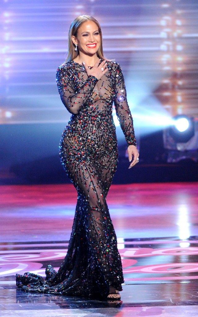胸や下半身も丸見え…ジェニファー・ロペスのドレスがほぼ裸! 歌手のジェニファー・ロペス(46)が、人気オーディション番組「アメリカン・アイドル」シーズン15の決勝戦で、ほぼ裸のようなエロすぎるドレス姿を披露した。 同番組で審査員を務めてきたジェニファー。毎回、セクシーな衣装も注目だったが、今シーズンで番組が終了してしまうとあり、この日はいつも以上に大胆な装い。全身スケスケの素材に一部装飾があしらわれたデザインで、胸や下半身もほぼ丸見え。これでは目の前で歌う候補者たちも目のやり場に困ってしまうような……。とはいえ、いくつになってもこんなセクシーな格好ができてしまうのがジェニファーのすごさだろう。