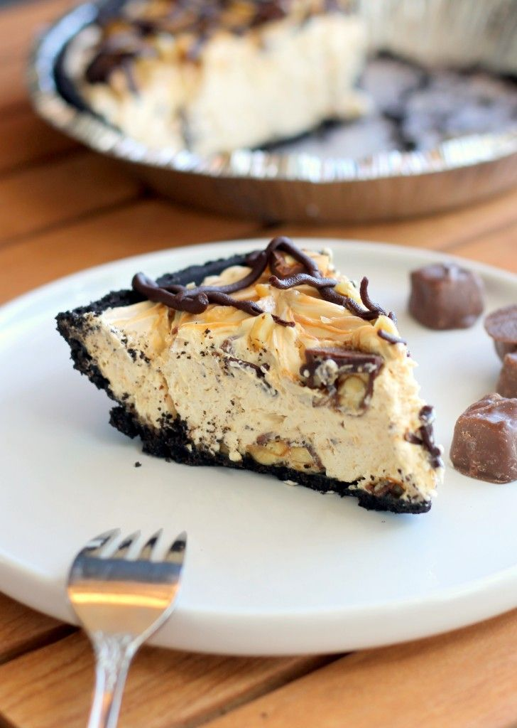 No-Bake Snickers Pie, a luscious cheesecake filling that is full of Snickers, peanuts, and dulce de leche! | Bakerita.com