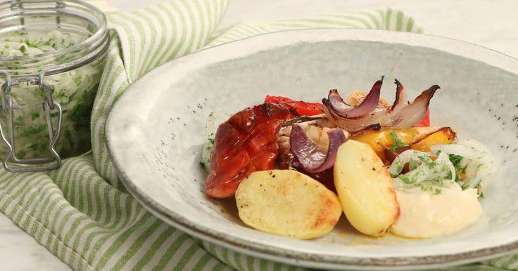 Smidig vardagsmat där hela rätten tillagas i samma form! Kycklinglårfilé med två sorters paprika, kryddig chorizo, potatis och massor av vitlök. Servera med picklad silverlök och enkel aioli.