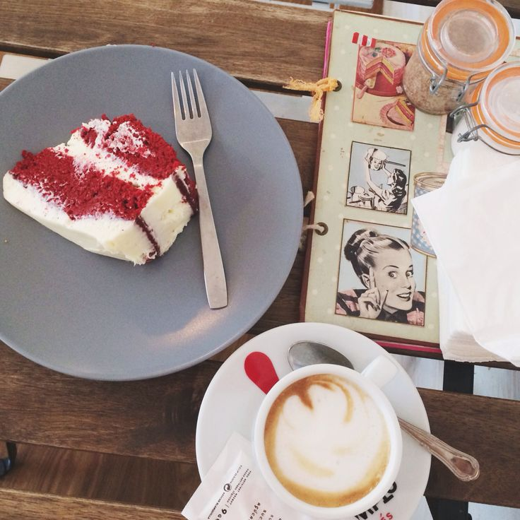 Sunday breakfast: Big coffee and homemade red velvet cake on Tosta e Tostiña on Santiago de Compostela.  Picture by: www.myblueberrynightsblog.com