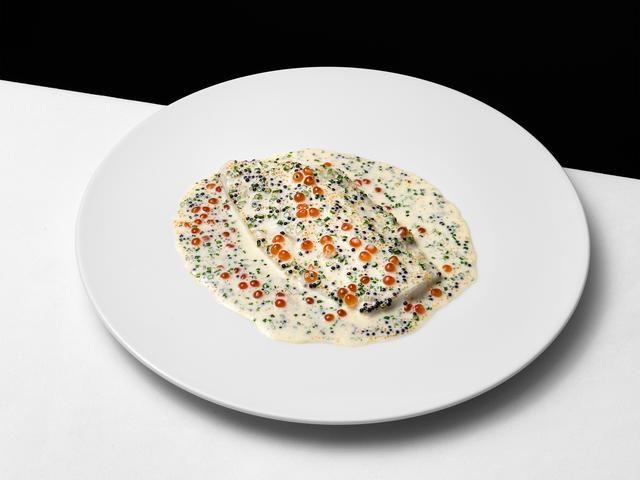 Pocherad piggvar med vitvinssås på löjrom, kaviar och laxrom