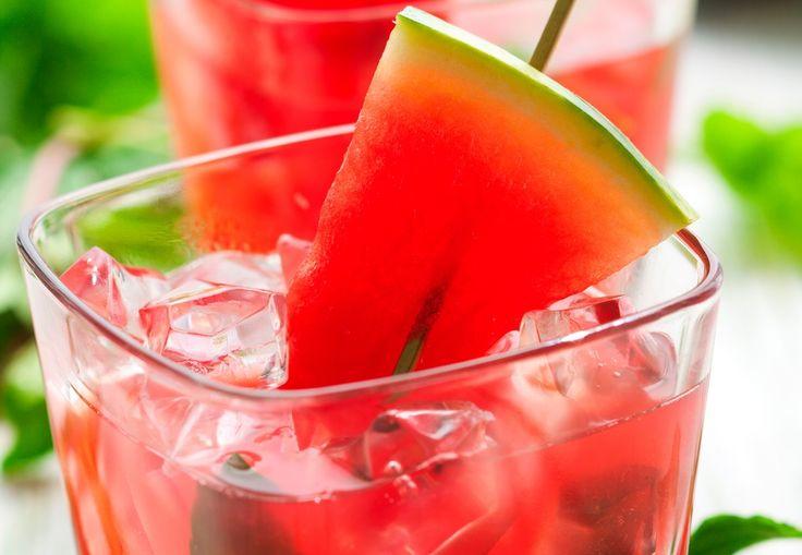 At komme ud på terrassen med en kande raslende, læskende, iskold sangria - dét er indbegrebet af sommer. Få opskriften på vandmelon-sangria her.
