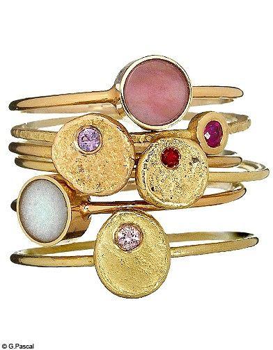 Or jaune, saphirs ou rubis (Nadia Saïdi chez Saïki). Or rose et pierres dures (Ginette NY).