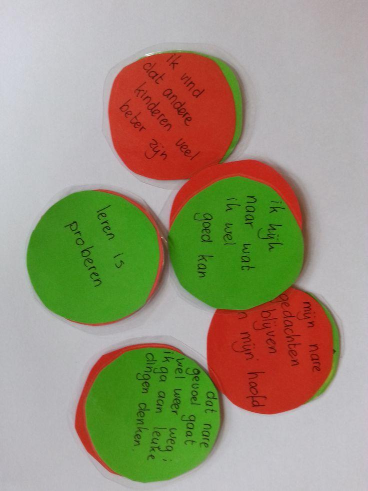 Op rode kant staan de negatieve gedachten. Draai de gedachte letterlijk en figuurlijk om naar een positieve= groene gedachte.
