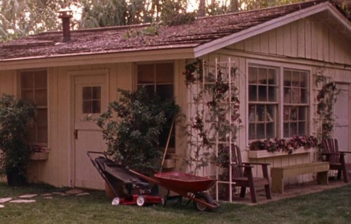 shed where lorelai rory first lived in stars hollow just realized it 39 s in the jungle of wb. Black Bedroom Furniture Sets. Home Design Ideas