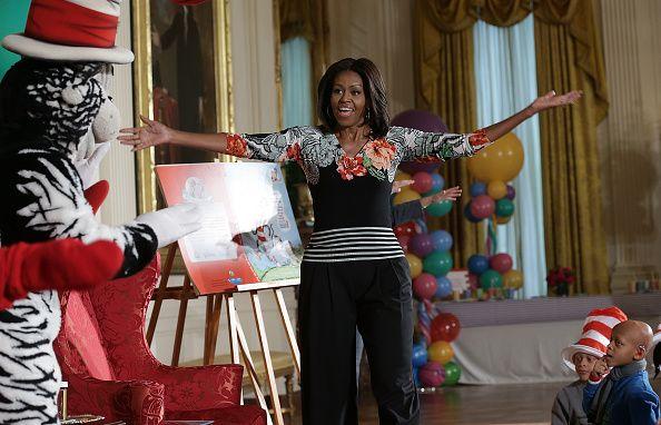 01/2015 - Michelle Obama s'apprête à lire un livre de la série Dr. Seuss à des enfants d'une école primaire, qu'elle accueille dans l'un des salons de la Maison-Blanche, à Washington.