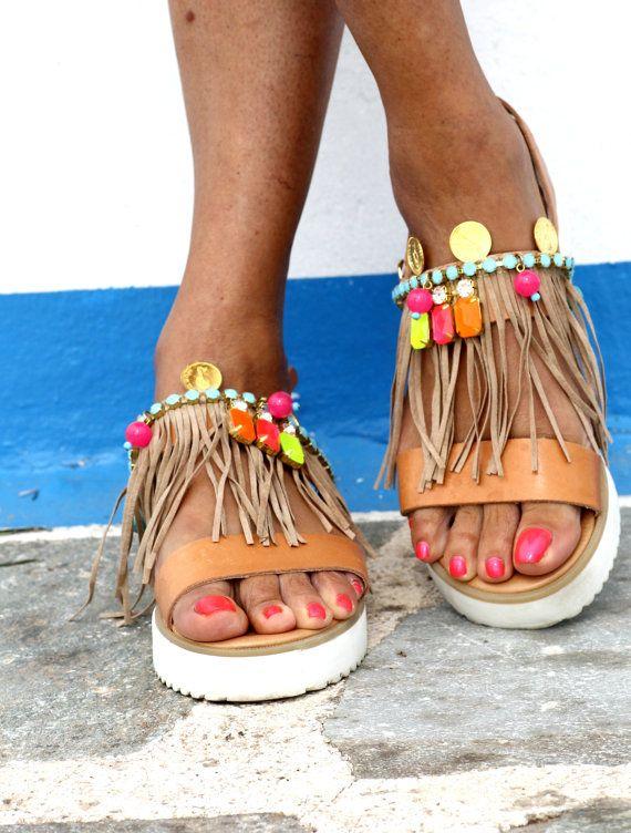 Sandales en cuir véritable avec semelle anatomique, franges de cuir suédé (cousu à la main sur la chaussure), cristaux de Swarovski, pierres semi-précieuses, or plissé ornements et perles acrylique néon. Ces sandales sont ludiques et confortables, qui vous donne cet ascenseur supplémentaire avec ce merveilleux blanc unique. Jai combiné tecnicolor des années 50 avec un bonheur hippie dans celles-ci, donc ils peuvent être portés en buvant pool / ananas bleu ou tout en gamboling au festiva...