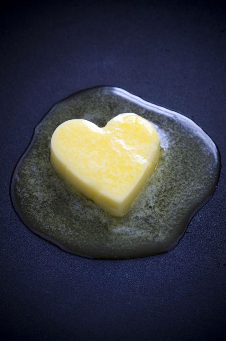 Le ghee ou beurre clarifié est un beurre dépourvu de caséines et de lactose du lait de vache et donc beaucoup mieux toléré que le beurre classique ! Très utile quand on est sensible aux produits laitiers et que l'on éprouve du mal à se passer totalement du goût de beurre dans les pâtisseries. Voici la recette :