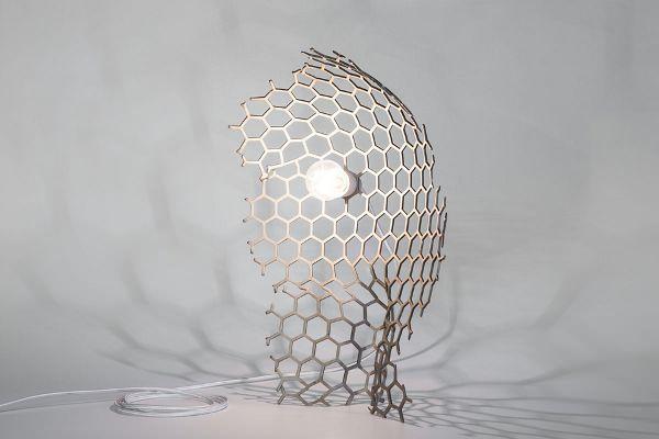 La nature, aléatoire et capricieuse n'est pas imitable, mais l'on tente de s'en inspirer, Damien Gernay par ces lampes polymorphes aborde la notion « d'anarchie organique« … Veiled Lady lampe de dentelles métalliques par Damien Gernay