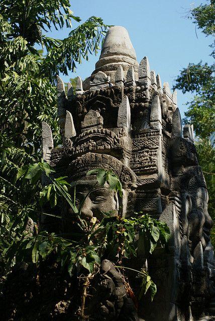 Caché dans la forêt, près de patrimoine khmer d'Angkor Wat, au Cambodge