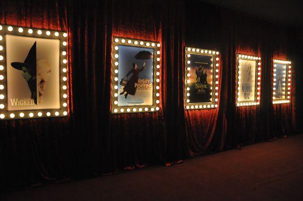 ACasa Tua, em Belo Horizonte, foi transformada em umteatro da Broadwaypara essa festa de 15 anos! Luzes de camarim, pôsteres de filmes, cortinas vermelh