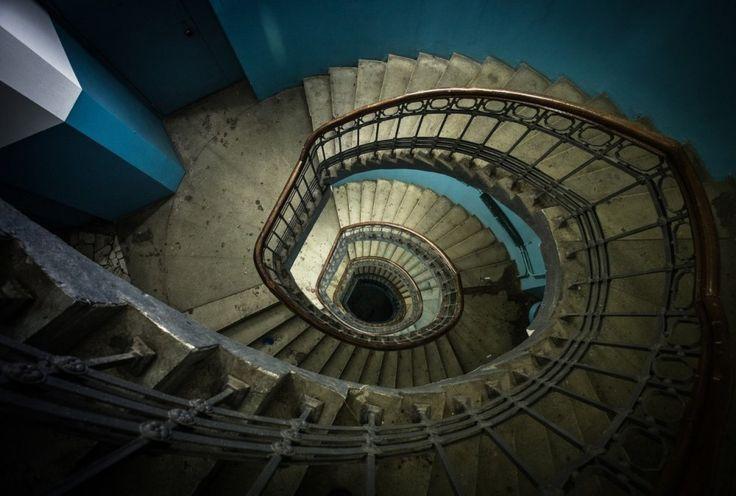 Винтовая лестница в подъезде на углу Гусятникова переулка