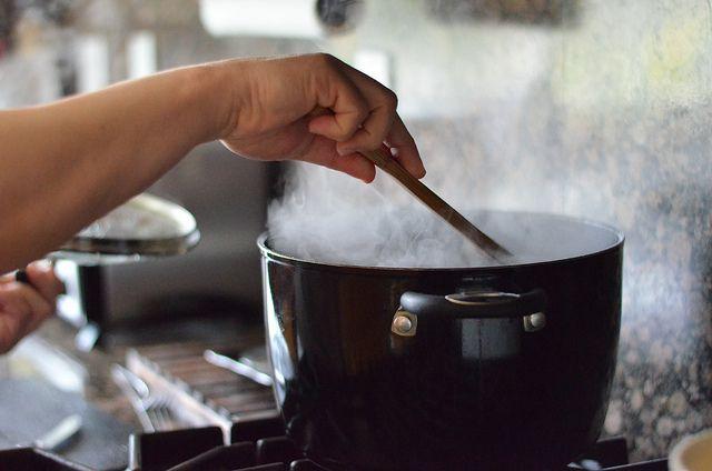 Geurtjes in de keuken die maar niet weggaan: bah. Zelfs de geur van bacon (ja, zelfs die) kunnen we na een dag niet meer aan. Maar wat er aan te doen? Stinkende koelkast Soms kan je koelkast opeens ontzettend stinken. Meestal is er iets over de datum, maar ooketenswaren die nog helemaal goed zijn kunnen […]
