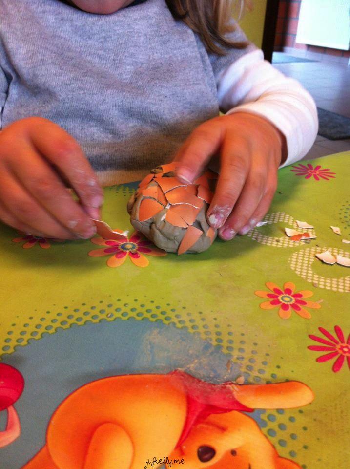 Klei ei: eierschaal rond de klei doen