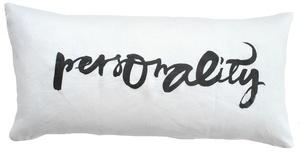 Pute med trykk, designet av Ylva Skarp, med teksten Personality.Med innerpute, 35 x 70 cm. Hviit.no