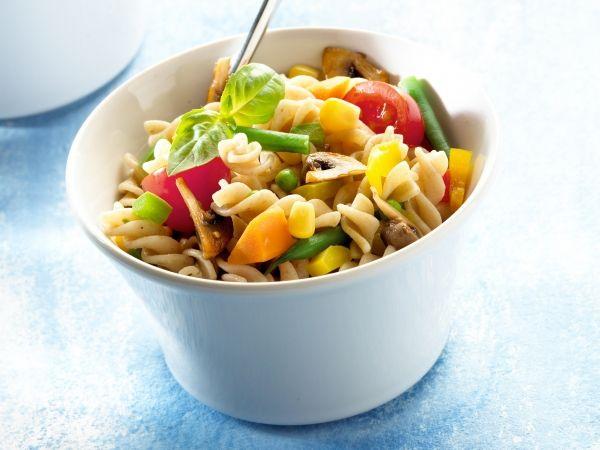 Pastasalade met paprika, maïs en champignons - Libelle Lekker!