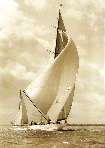 La Classe J a servi à définir les grands voiliers de course construits entre 1930 et 1937 selon la Jauge universelle, établie par Nathanael Herreshoff en 1903. Réservés à une élite passionnée et très argentée, ces voiliers, symboles de luxe et de sport, servirent à affronter les meilleurs talents nautiques dans trois régates de la Coupe de l'America.
