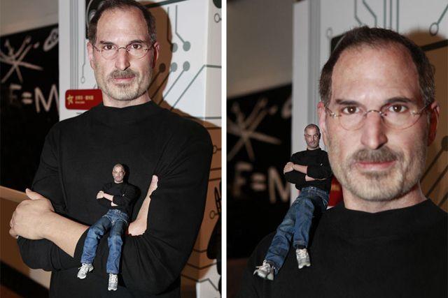 Steve Jobs em miniatura visita a estátua de Steve Jobs no museu de cera, veja isso http://www.bluebus.com.br/steve-jobs-em-miniatura-visita-a-estatua-de-steve-jobs-no-museu-de-cera-veja-isso/