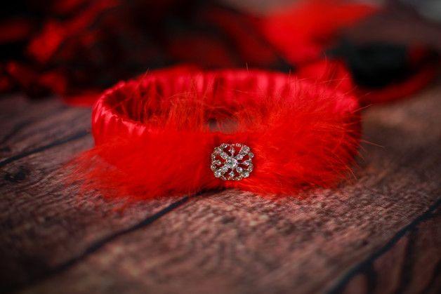 hochzeit strumpfband strumpfbänder braut hochzeitsstrumpfband heiraten handgefertigt heirat romantisch zubehör rot strass feder auf maß großes dawanda
