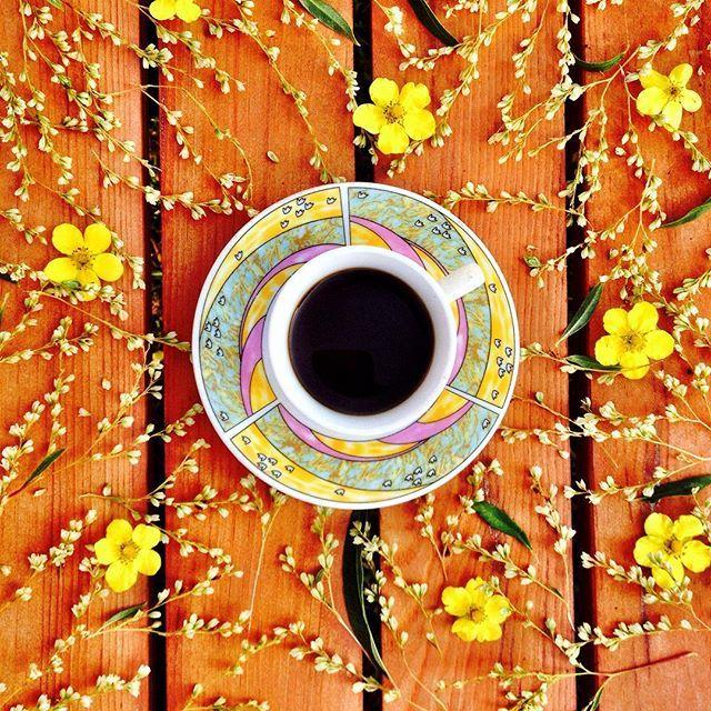 Coffee tastes superior in the garden. #coffee #coffeetime #coffeemoment #coffeeandseasons #adoremycupofcoffee #coffeeandflowers #coffeeloveandflowers #inmygarden #gardentable #garden #flowers