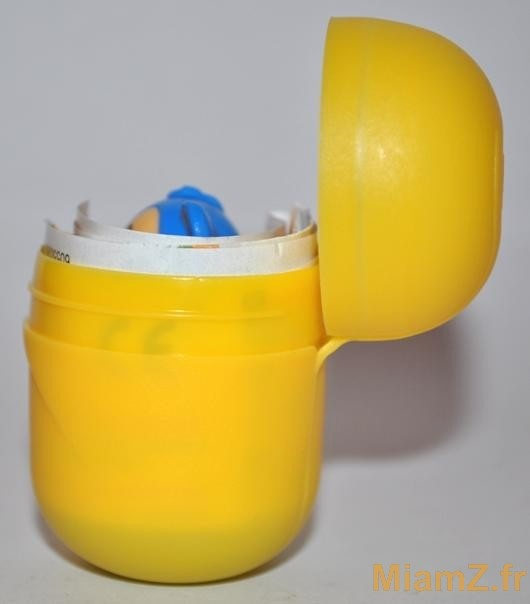 Le packaging du jeu surprise garde depuis toujours sa couleur jaune différenciatrice. Cependant, il a été repensé il y a quelques années pour des questions de sécurité et ne peut plus désormais se détacher en deux parties et faire risquer à l'enfant de s'étouffer. Ces questions de sécurité sont prépondérantes dans les produits destinés aux enfants.