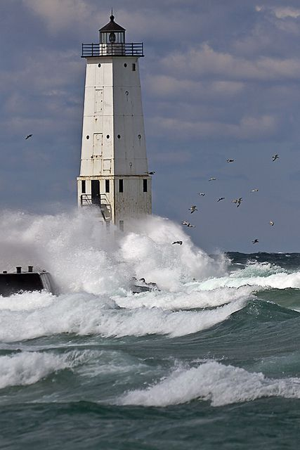 Lighthouse - Frankfort, Michigan * ROADTRIP - TRAVEL - USA - SEE AMERICA - BEAUTIFUL PLACES TO VISIT IN THE US - TOP US CITIES - NATIONAL PARKS   ..rh