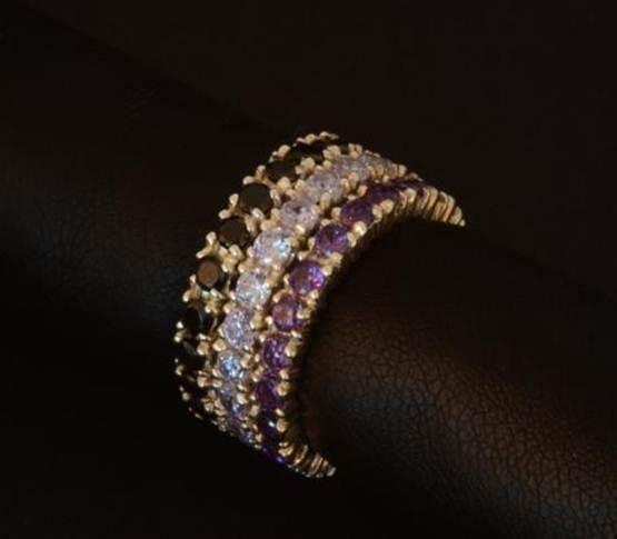 Tres anillos independientes de plata con circonitas incrustadas de color a escoger. Las piezas se pueden comprar juntas o separadas. Puede hacerse en oro.  $75.00. Precio indicado en euros.