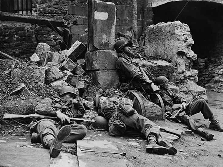 US soldiers rest in war-littered street of Fulda (Germany ...