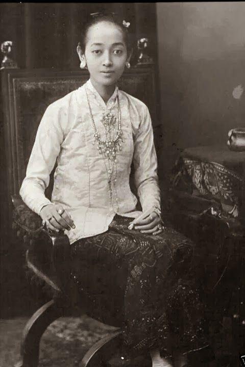 Gusti Kanjeng Ratu Mas, Surakarta, Java, Indonesia 1920s | Beautiful!
