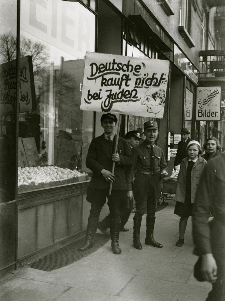 Boykottaktion vor einem jüdischen Geschäft in Hamburg, 1. April 1933. Boycott of a Jewish shop in Hamburg, April 1st, 1933.