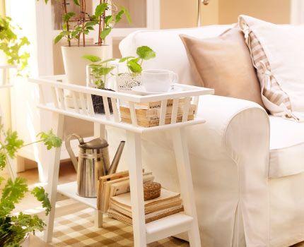 ikea sterreich lantliv blumenst nder in wei als beistelltisch neben einem sofa wohnzimmer. Black Bedroom Furniture Sets. Home Design Ideas