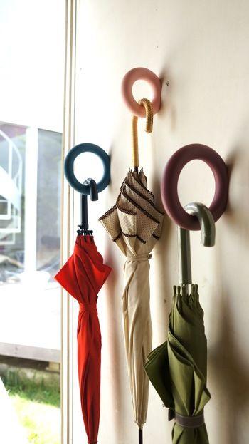 一見すると壁にめりこんでいるように見えるのが面白いHAYのGym Hook。 こちらのおうちでは傘用のフックとして使用。