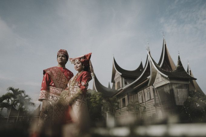 Traditional engagement photoshoot inspiration | A Traditional Pre-Wedding Shoot In Bukittinggi And Sumba | http://www.bridestory.com/blog/a-traditional-pre-wedding-shoot-in-bukittinggi-and-sumba