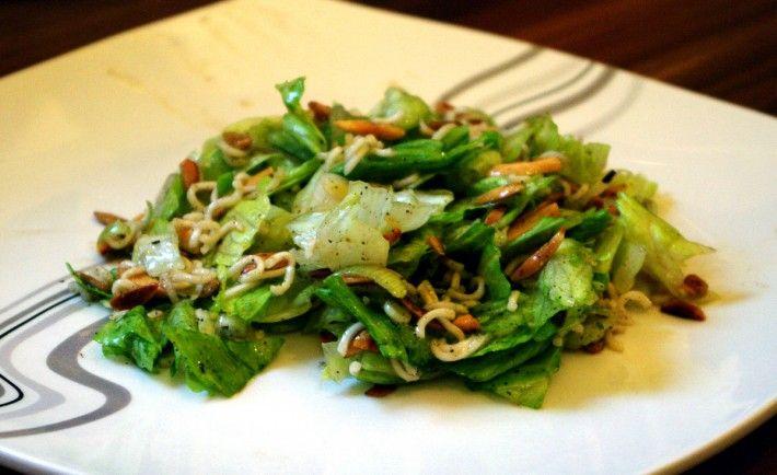YUM YUM Salat, Schneller Asiatischer Salat für die ganze Familie mit Eisbergsalat und Asia Nudeln. Auch lecker mit Pinienkernen.