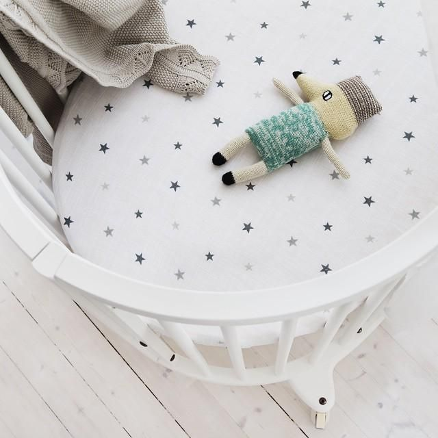 Sweet + serene come in new styles. Our cotton muslin sheets paired with a @stokkebaby Sleepi crib.
