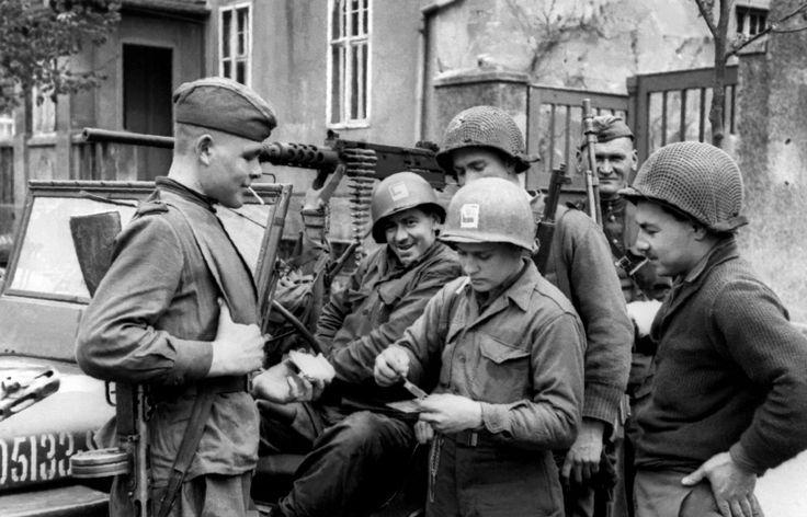 Встреча на Эльбе. Советские и американские солдаты у джипа «Виллис»