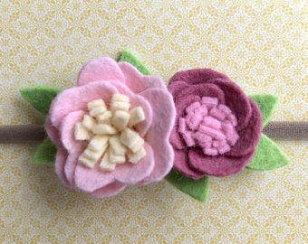 Feltro fiore fascia di bambini. Effettuata in feltro di lana e nylon elastico morbido. Perfetto per dare del regalo, docce bambino e foto puntelli.  Fiore misura circa 2,5 X 2 in