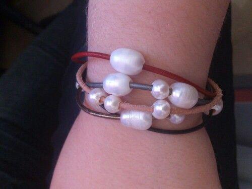 Perlas y cuero con diferentes colores y tamaños