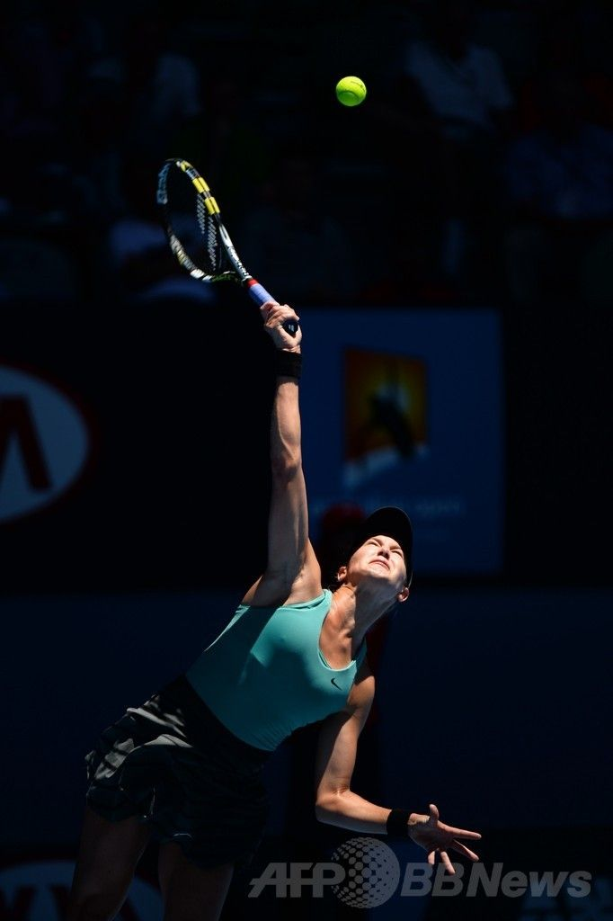 全豪オープンテニス(Australian Open Tennis Tournament 2014)、女子シングルス準々決勝。サーブトスを上げるユージェニー・ブシャール(Eugenie Bouchard、2014年1月21日撮影)。(c)AFP/WILLIAM WEST ▼21Jan2014AFP|19歳のブシャール、準々決勝で番狂わせ 全豪オープン http://www.afpbb.com/articles/-/3006941 #Australian_Open_2014 #Aussie_Open_2014 #2014澳网 #Eugenie_Bouchard