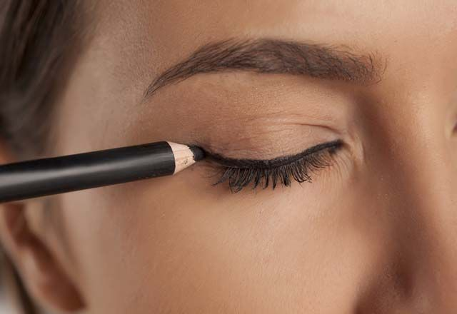 Göz Şeklinize Göre Eyeliner Uygulaması, http://mmoda.net/goz-seklinize-gore-eyeliner-uygulamasi/,  #eyeliner #Eyelinerçekme #Eyelinernasılçekilir #eyelinernasılsürülür #eyelinernasıluygulanır #eyelineruygulama #göz #gözşeklinegöreeyeliner