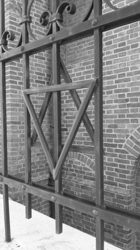 La stella di David in un cancello del quartiere ebreo.
