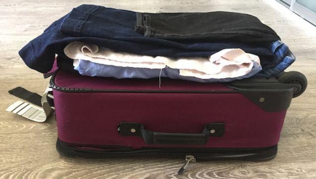 機内持ち込み用サイズのカバンに、上手にシワをつけずに服を収納する方法