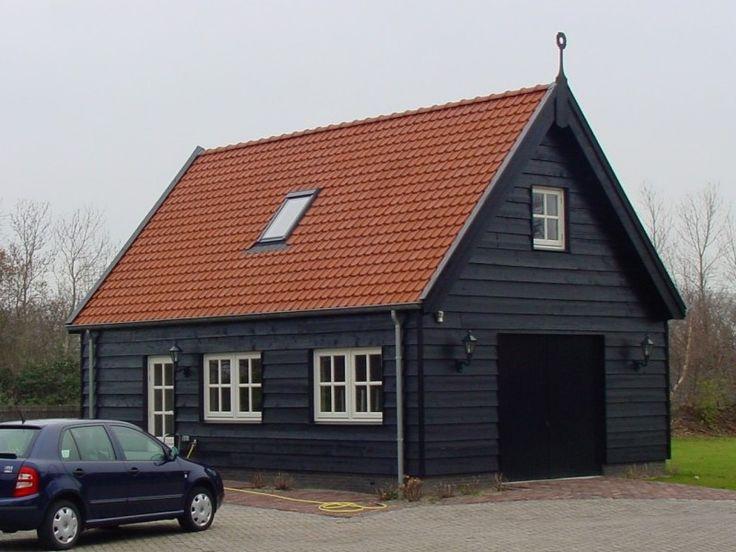 Deze houten garage is volledig afgestemd op de tuin waarin hij is geplaatst.
