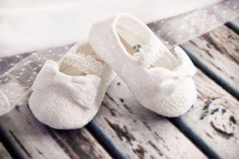 bardzo delikatne buciki do chrztu z koronki