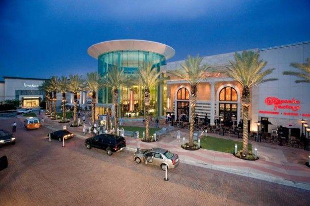 Lua de Mel na Florida: O Mall at Millenia oferece uma casa de câmbio para visitantes internacionais, bem como uma equipe multilíngue. O shopping conta ainda uma seleção de lojas internacionais, bem como a maioria das lojas na demanda dos EUA, como a Coach e Apple. No dia da Black Friday, o estabelecimento abrirá mais cedo, às 8h da manhã.