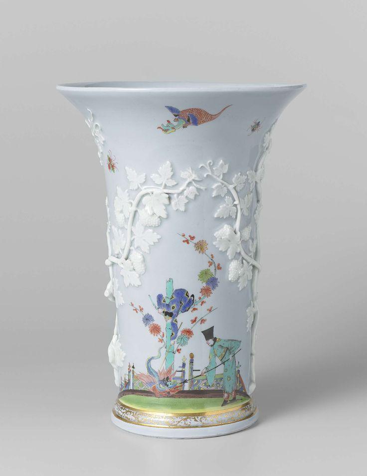 Meissener Porzellan Manufaktur | Vase, Meissener Porzellan Manufaktur, c. 1725 - c. 1730 | Vaas van veelkleurig beschilderd lichtblauw porselein. De vaas heeft een geprofileerde, uitstaande voet. De vaas is in reliëf versierd met wijnranken van wit porselein. Het bovenste deel van de voet is versierd met een rankornament in goud tussen gouden biezen. Boven de voet is tussen de wingerdranken aan twee kanten op een grond een chinoiserie geschilderd. De vaas is gemerkt.