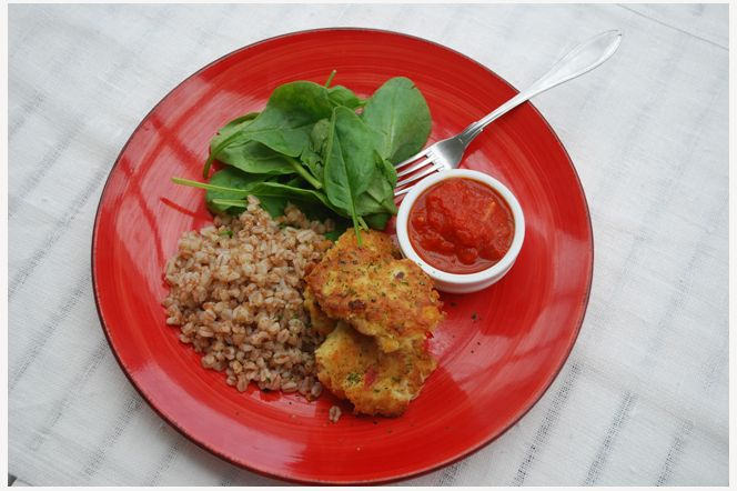 Kikärtsbiffar med tomatsås En vardagsfavorit - Med kokta kikärtor blandar man snabbt och enkelt ihop en grundsmet som är lätt att variera efter tycke och smak.